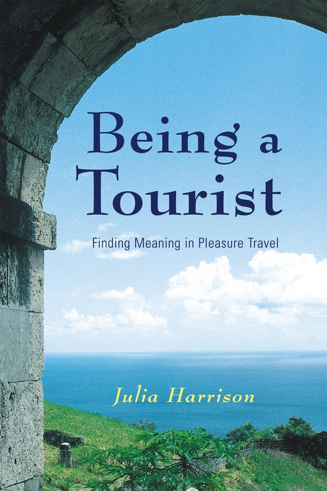Being a Tourist: Finding Meaning in Pleasure Travel als Taschenbuch