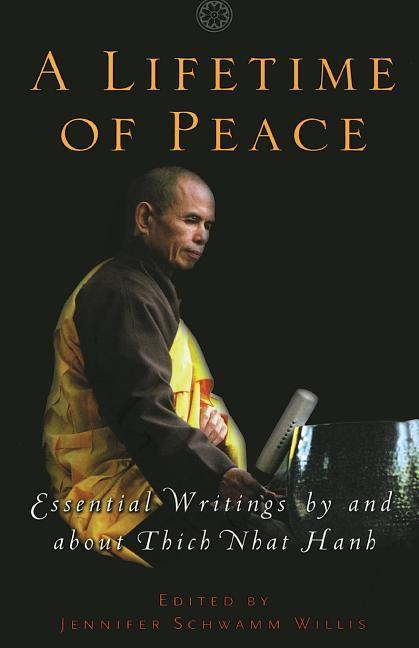 A Lifetime of Peace: Essential Writings by and about Thich Nhat Hanh als Taschenbuch