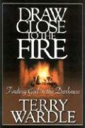 Draw Close to the Fire: Finding God in the Darkness als Taschenbuch