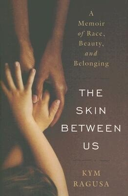 The Skin Between Us: A Memoir of Race, Beauty, and Belonging als Buch